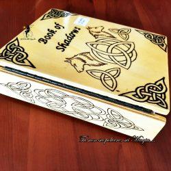 Libro delle ombre con triquetra e lupi
